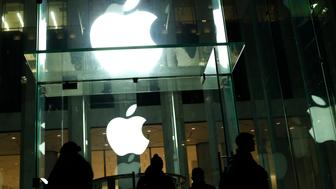 People walk outside the Apple store on the Fifth Avenue in New York on February 17, 2016. Apple's challenge of a court order to unlock an iPhone used by one of the San Bernardino killers opens up a new front in the long-running battle between technology companies and the government over encryption. / AFP / KENA BETANCUR        (Photo credit should read KENA BETANCUR/AFP/Getty Images)