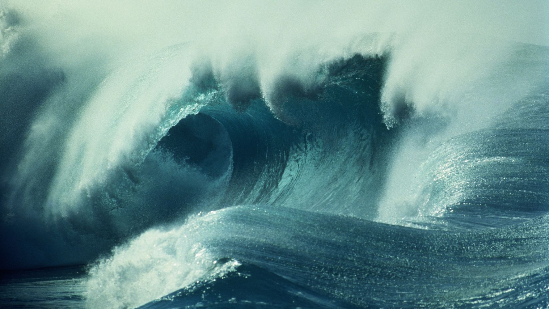 Giant Waves Lash Hawaii Oceanfront Homes In Historic Surf