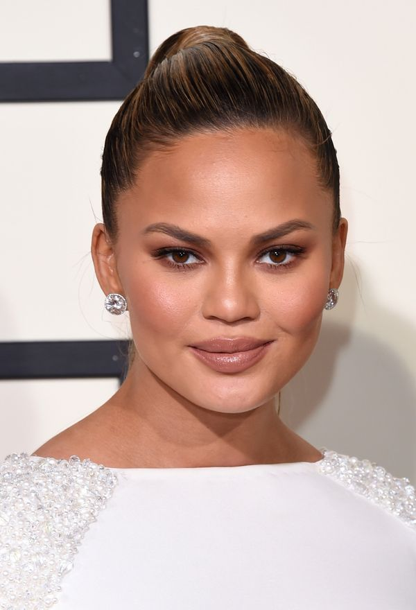 "To play up Chrissy Teigen's pregnancy ""glow"" at the Grammys, makeup artist Mary Phillips used just a ""little bit"" o"