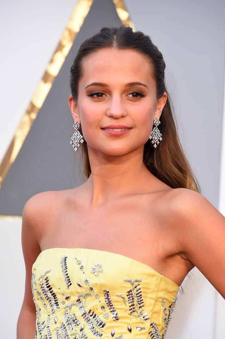 Alicia Vikander is stunning on the Oscars red carpet.