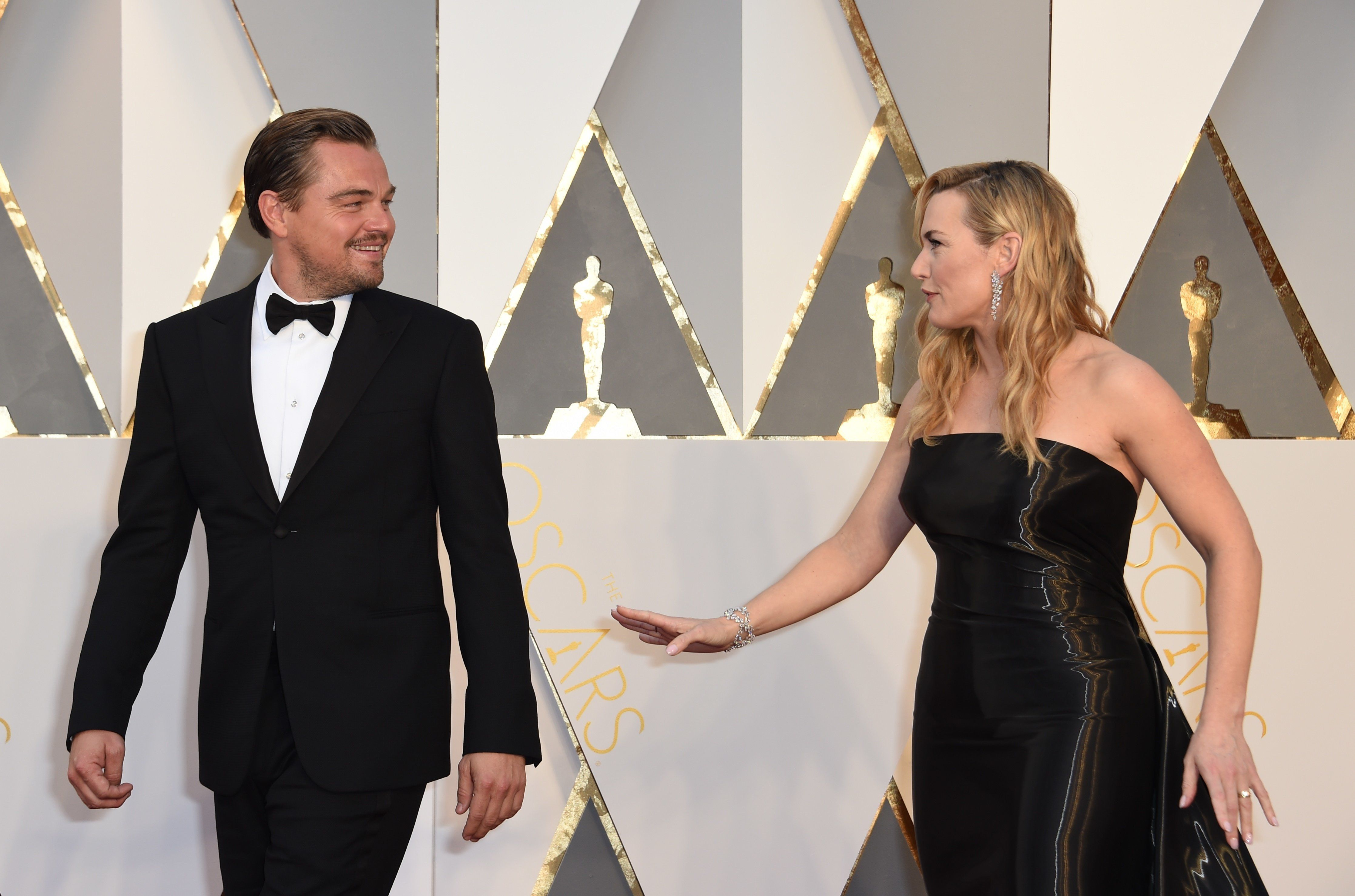 Actor Leonardo DiCaprio (L) and actress Kate Winslet arrive on the red carpet for the 88th Oscars on February 28, 2016 in Hollywood, California. AFP PHOTO / VALERIE MACON / AFP / VALERIE MACON        (Photo credit should read VALERIE MACON/AFP/Getty Images)