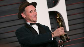 Mark Rylance holds his Oscar for best supporting actor for his role in 'Bridge of Spies' as he arrives to the 2016 Vanity Fair Oscar Party, February 28, 2016 in Beverly Hills, California. / AFP / ADRIAN SANCHEZ-GONZALEZ        (Photo credit should read ADRIAN SANCHEZ-GONZALEZ/AFP/Getty Images)