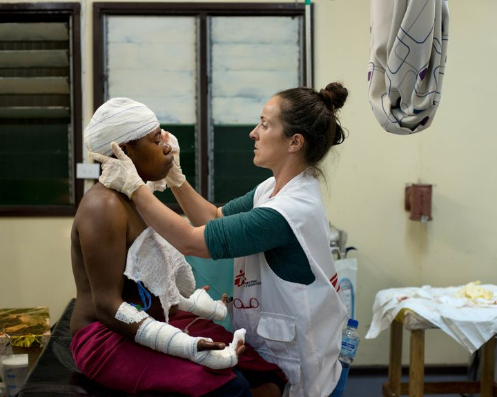 Aoife Ní Mhurchú treats a patient at Tari Hospital, Papua New Guinea. Despite some improvem