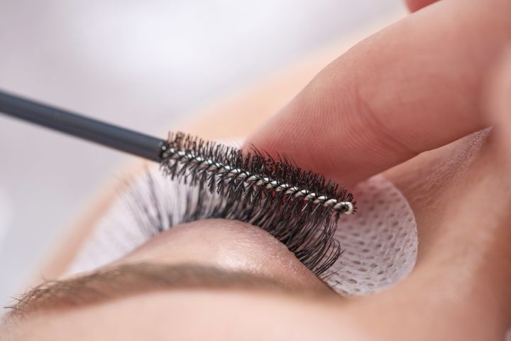 Everything you need to know before getting eyelash extensions huffpost applying a full set of lashes takes about two hours and can be maintained year solutioingenieria Images