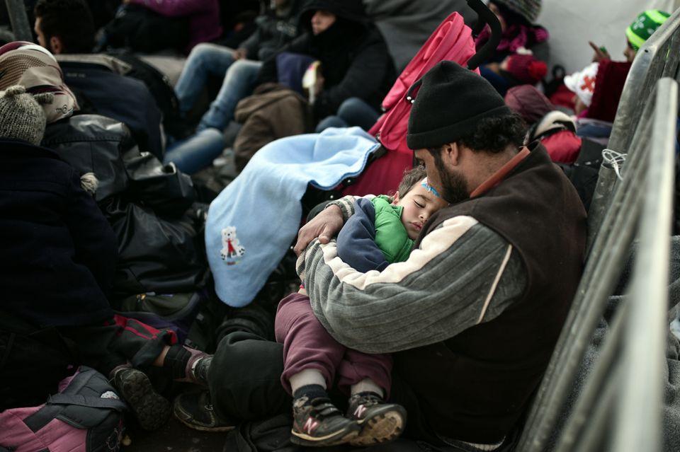 【難民危機】私たちを北へ行かせてくれ。ギリシャ国境で足止めされた難民たちは訴える(画像集)