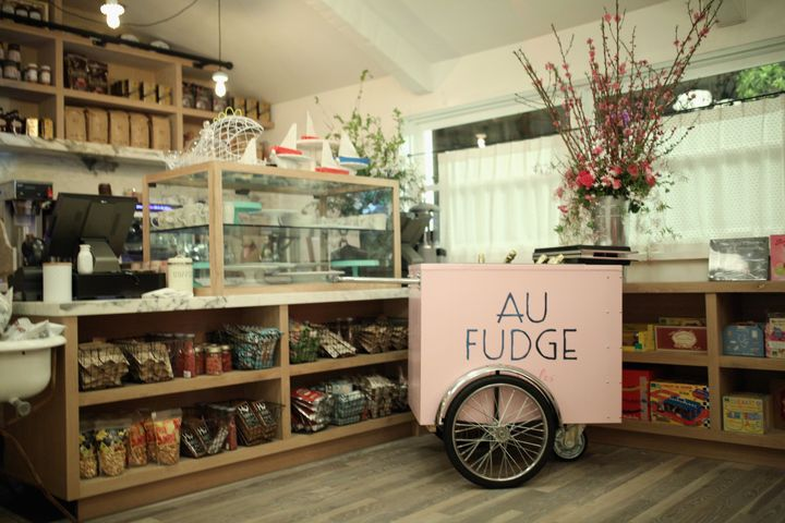 Au Fudge features a main dining room, a play area and a bar.