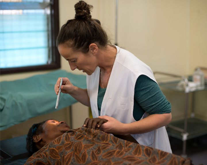 Aoife Ní Mhurchú treats a patient at Tari Hospital, Papua New Guinea. She sees several cases of