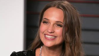 Alicia Vikander holds her Oscar for best supporting actress in her role 'The Danish Girl' as she arrives to the 2016 Vanity Fair Oscar Party, February 28, 2016 in Beverly Hills, California. / AFP / ADRIAN SANCHEZ-GONZALEZ        (Photo credit should read ADRIAN SANCHEZ-GONZALEZ/AFP/Getty Images)