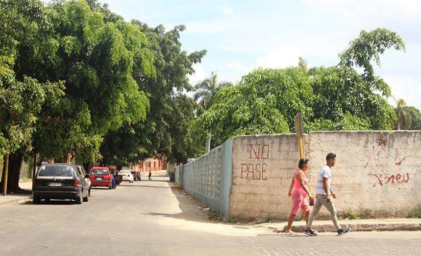 A couple strolls along a street in the Vedado neighborhood.