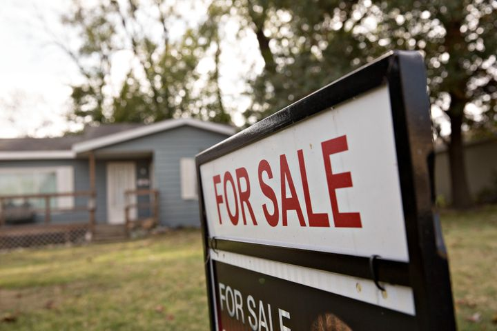 A 'For Sale' sign stands outside a home in Peoria, Illinois, U.S., on Tuesday, Oct. 20, 2015. (Photographer: Daniel Acker/Blo