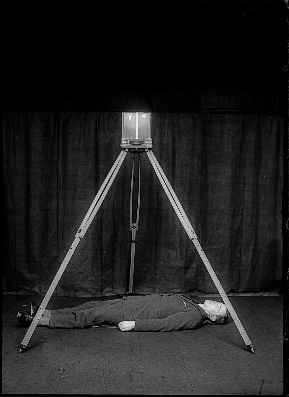 Demonstrative image of Bertillon's forensic photographic approach, with a body simulating a corpse and the camera in position