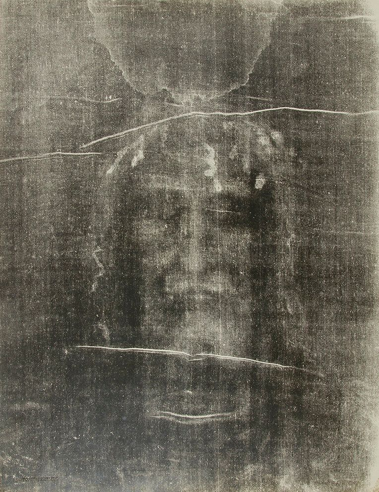 The Shroud of Turin, Turin: face, traces of blood and serum left on the forehead by the crown of thorns. Negative. Image crea