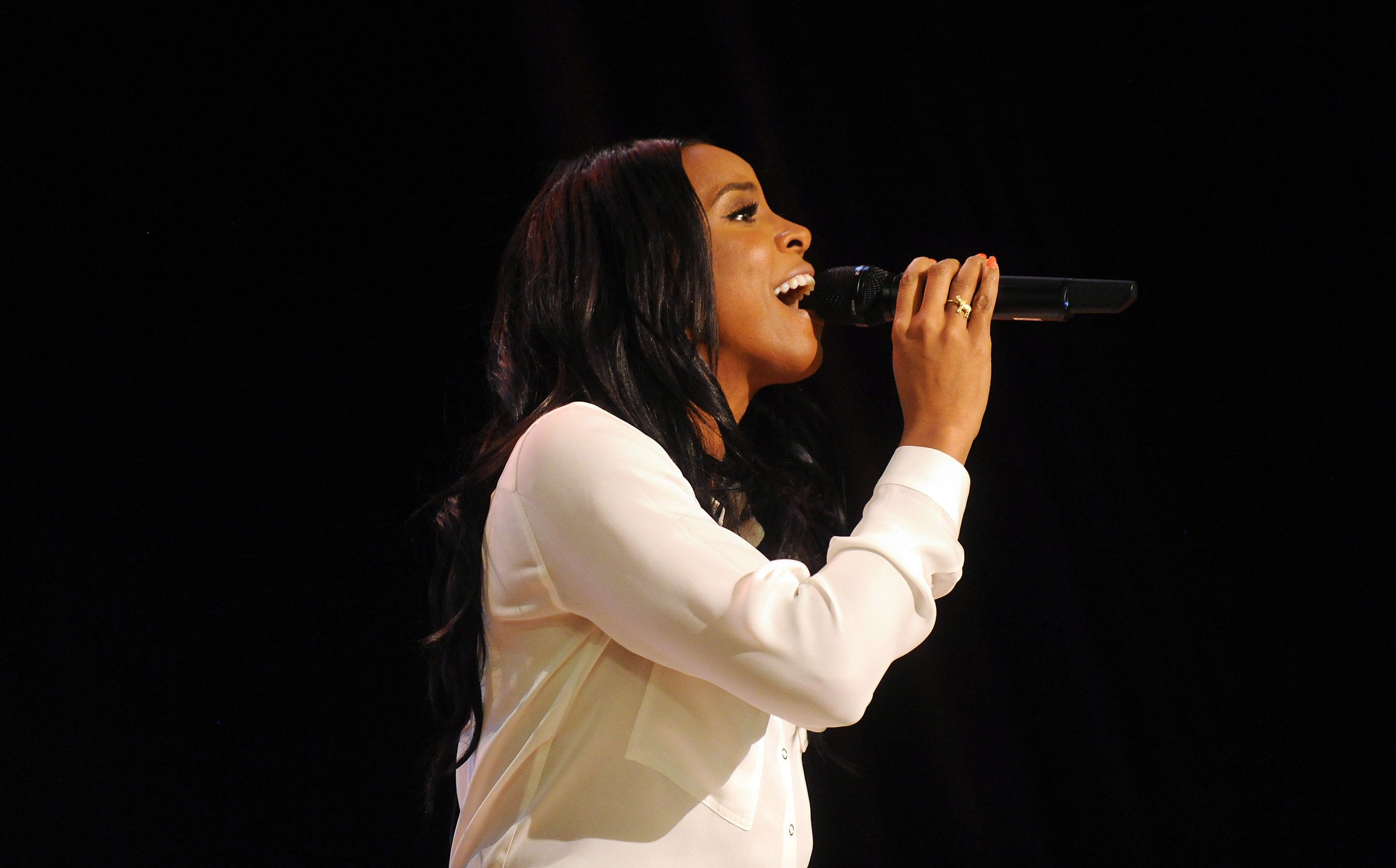 Kelly Rowland performs during Claritin and Boys & Girls Clubs eventat PS 64 on March 21, 2016 in New York City. (Ph