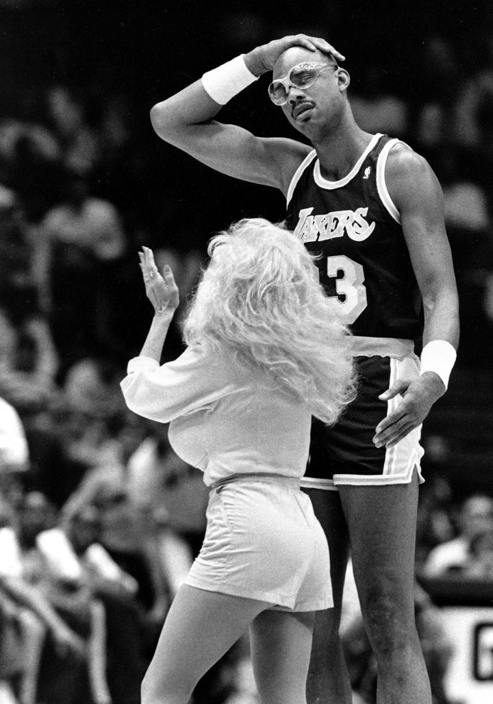 Kareem Abdul-Jabar's height didn't deter the Kissing Bandit from claiming his cheek.