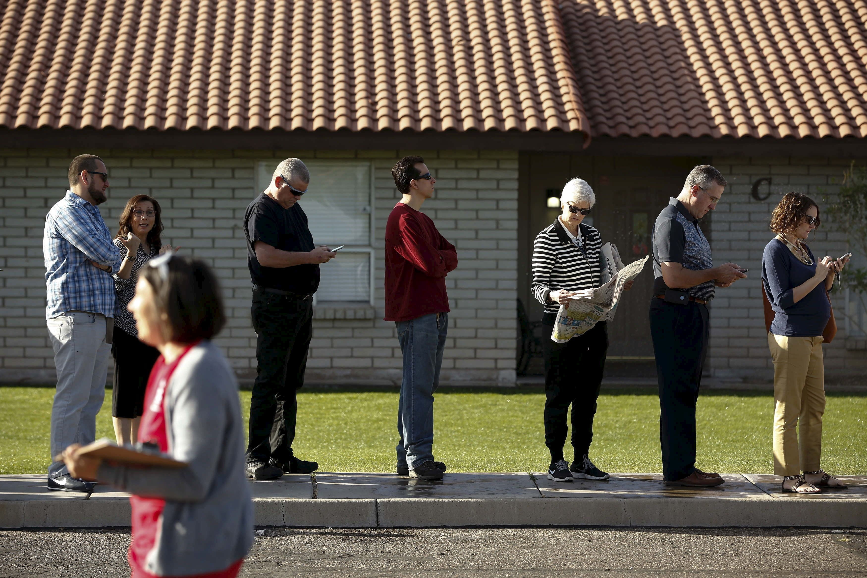 People wait to vote in the U.S. presidential primary election outside a polling site in Glendale, Arizona March 22, 2016. REUTERS/Nancy Wiechec