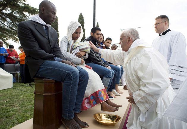 ローマ法王、「洗足式」の儀式でイスラム教徒を含む難民らの足にキス