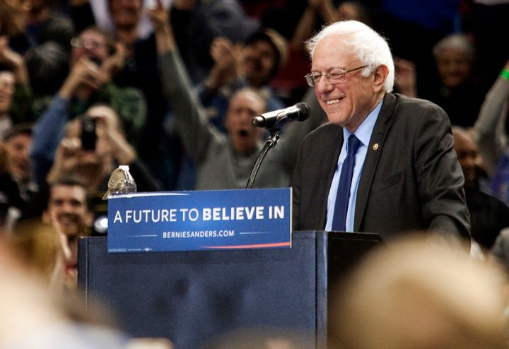 The moment a bird landed on Democratic presidential candidate Bernie Sanders podium on March 25, 2016 in Portland, Oregon.
