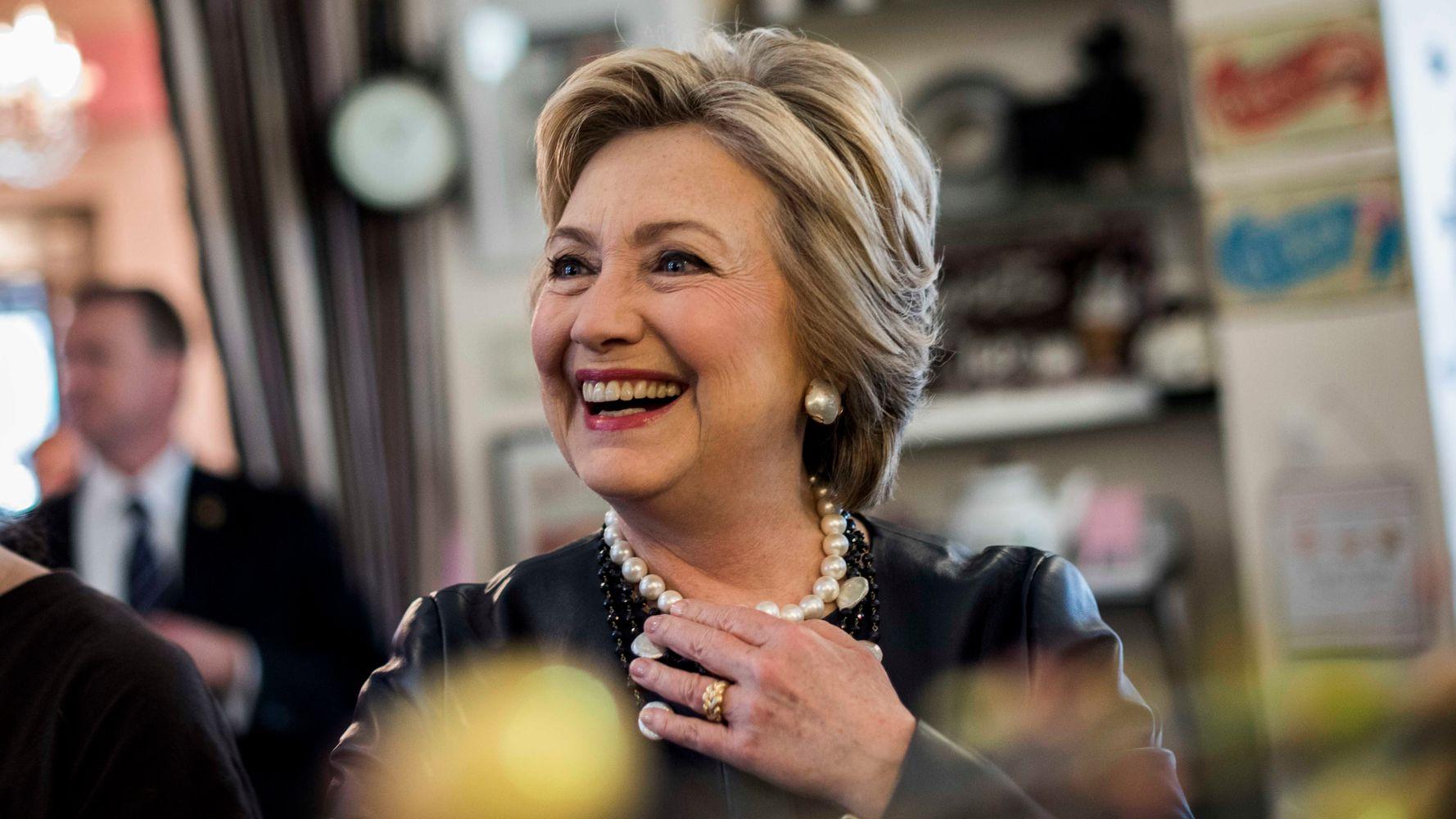 Картинка хиллари клинтон с пончиком и девушкой