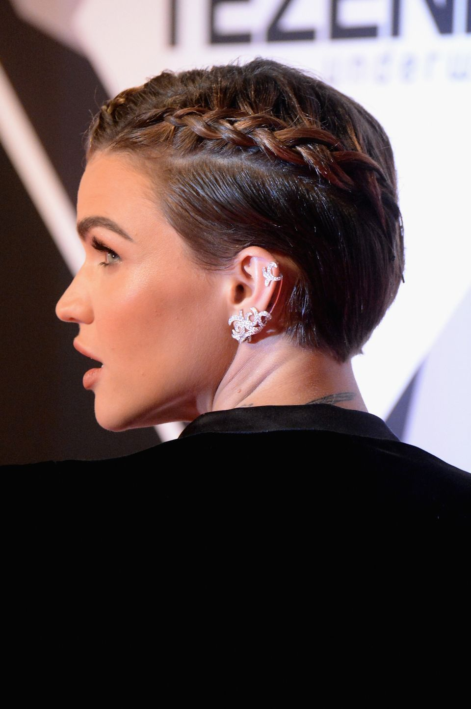 This braided hairstyle is a look you can do on freshly washed hair or after misting with a leave-in conditioner. Watch this <