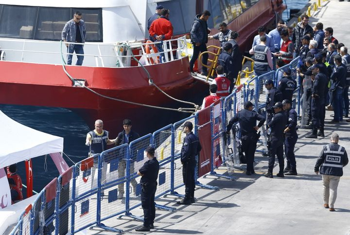 The first migrants deported from Greek islands were shipped back to Turkey on Monday as part of acontroversial EU-Turke