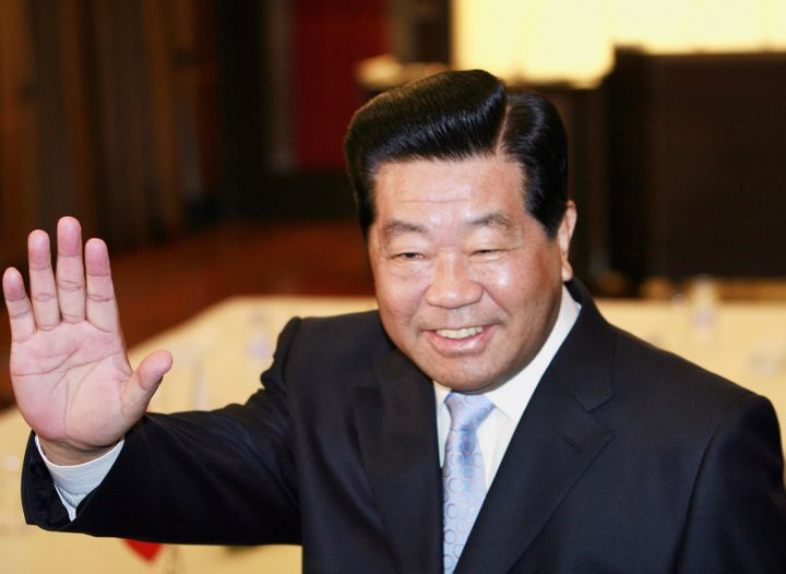 Jia Qinglin, chairman of the Chinese People's Political Consultative Conference, arrivesat a hotel room to meet Japan's
