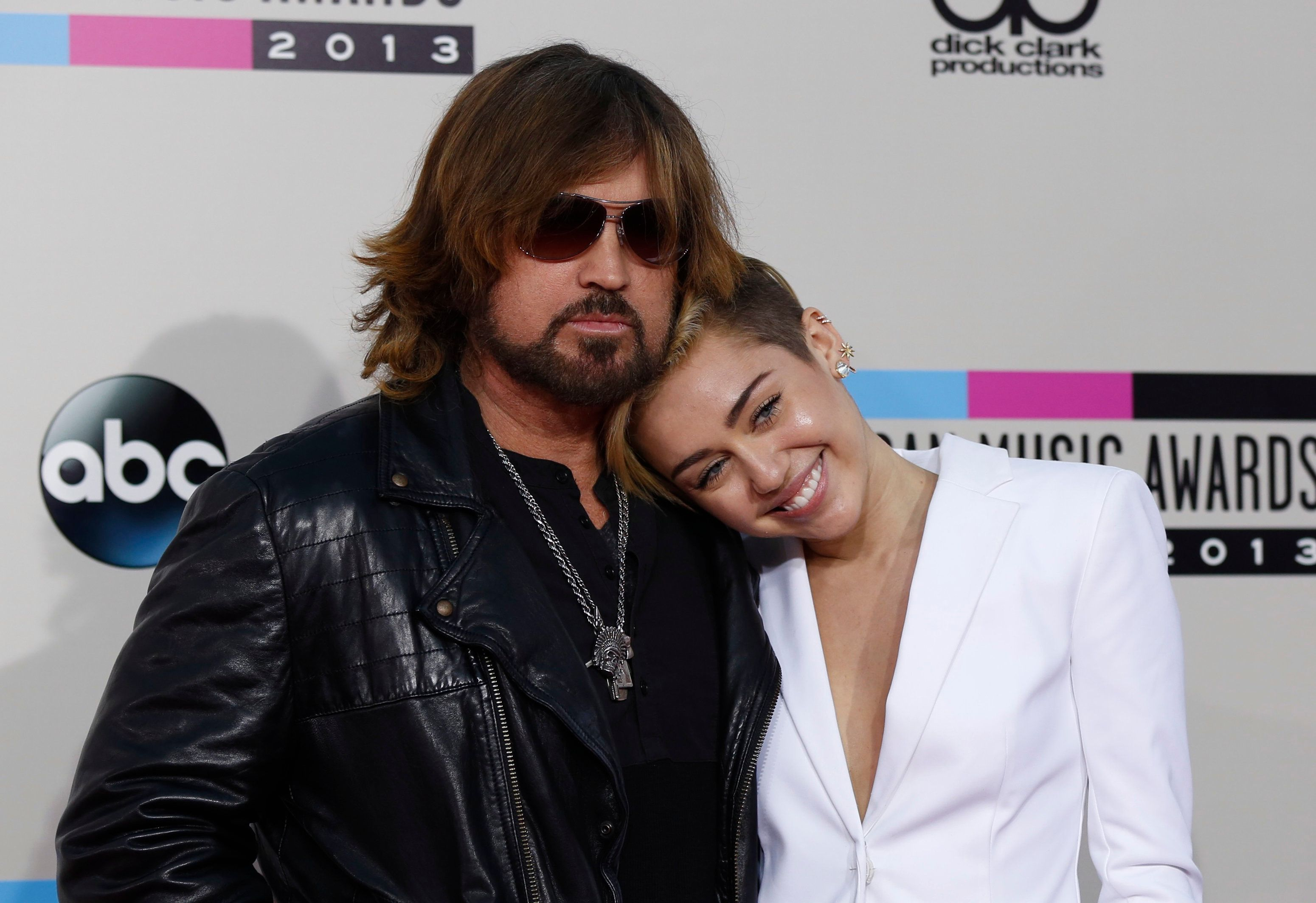 Singer Miley Cyrus and her father Billy Ray Cyrus arrive at the 41st American Music Awards in Los Angeles, California November 24, 2013.   REUTERS/Mario Anzuoni (UNITED STATES  - Tags: ENTERTAINMENT)  (AMA-ARRIVALS)