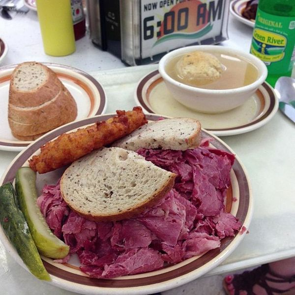 """<a href=""""https://foursquare.com/mannysdeli"""" target=""""_blank"""">Corned beef is literally overflowing</a>at one of Chicago's"""