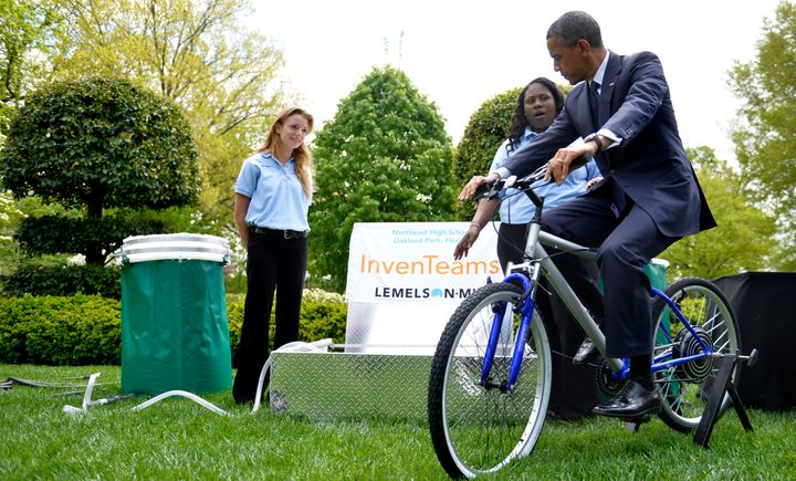 Obama tested out the pedal-powered filtration system created by Payton Kaar, 18, and Kiona Elliott, 18, at the 2013 White Hou