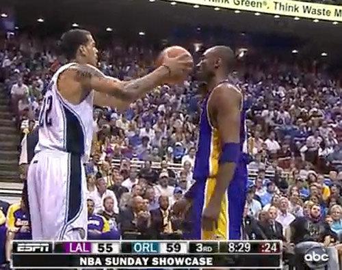 NBA挑釁動作有多囂張?老大淡定面對,韋德太霸氣被聯盟警告!
