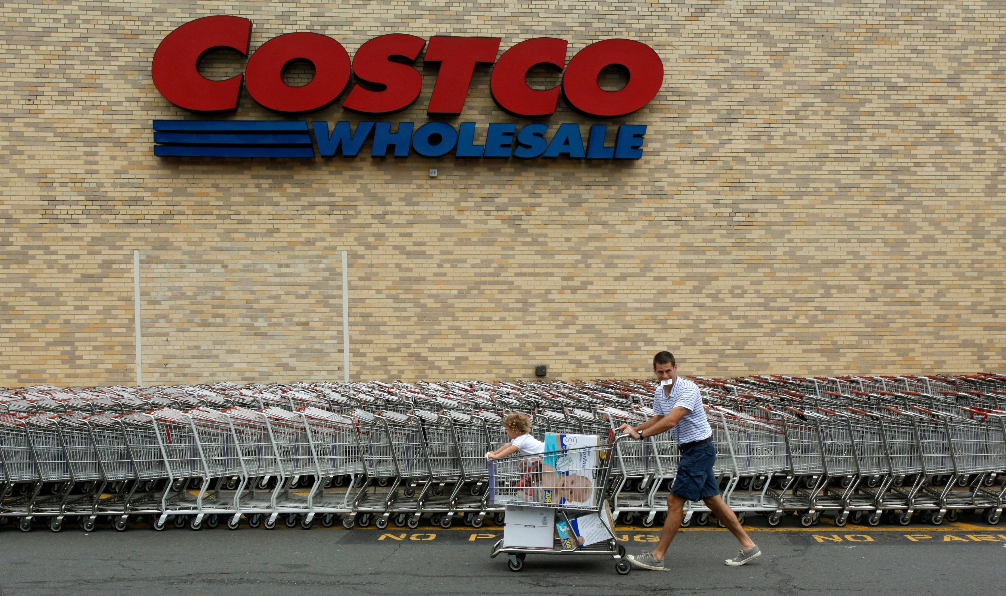 A shopper wheels his cart from a Costco Wholesale store in Arlington, Virginia August 6, 2009. Costco Wholesale Corp reported a bigger-than-expected 7 percent fall in July same-store sales hurt mainly by a strong U.S. dollar. REUTERS/Richard Clement (UNITED STATES BUSINESS)