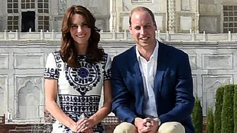 Britain's Prince William, Duke of Cambridge(R) and Catherine, Duchess of Cambridge pose at The Taj Mahal in Agra on April 16, 2016.  / AFP / POOL / MONEY SHARMA        (Photo credit should read MONEY SHARMA/AFP/Getty Images)