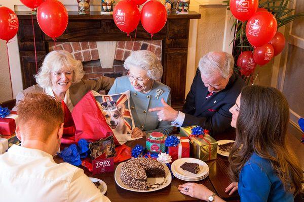 Pleasant Queen Elizabeth Takes Her Birthday Festivies To Toby Funny Birthday Cards Online Ioscodamsfinfo