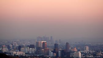 Century City and downtown Los Angeles are seen through the smog December 31, 2007.  REUTERS/Lucy Nicholson (UNITED STATES)