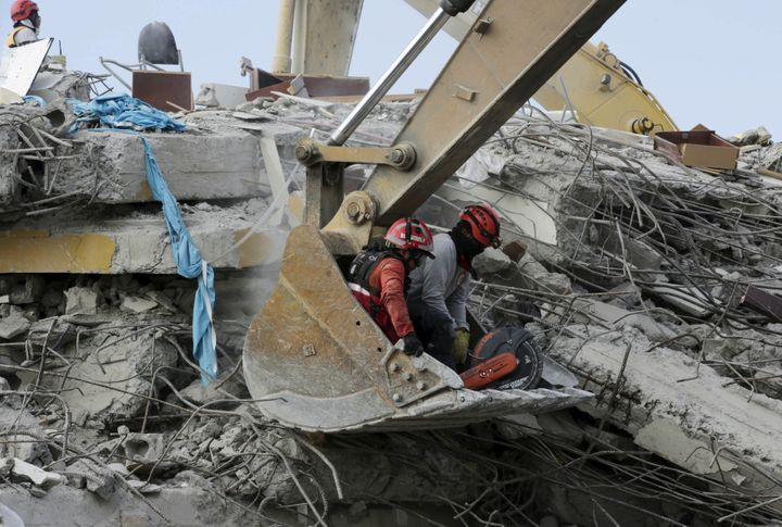 Another earthquake struck Ecuador's coast on Wednesday, after a larger quake rattled the area and killed hundreds of people&n