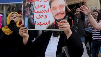 An Egyptian activist holds a poster calling for justice to be done in the case of the recently murdered Italian student Giulio Regeni during a demonstration protesting the government's decision to transfer two Red Sea islands to Saudi Arabia, in front of the Press Syndicate in Cairo, Egypt, April 15, 2016.  REUTERS/Mohamed Abd El Ghany