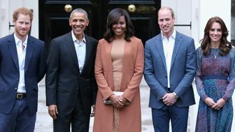 LONDON, ENGLAND - APRIL 22:  Prince Harry, US President Barack Obama, First Lady Michelle Obama,  Prince William, Duke of Cambridge and Catherine, Duchess of Cambridge pose as they attend a dinner at Kensington Palace on April 22, 2016 in London, England.  (Photo by Chris Jackson/Getty Images)