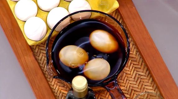 The trick to deciphering your cooked eggs from your raw ones? Balsamic vinegar.