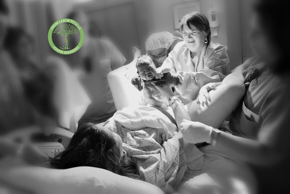 43 Raw Photos Of Moms Helping Their Daughters Give Birth