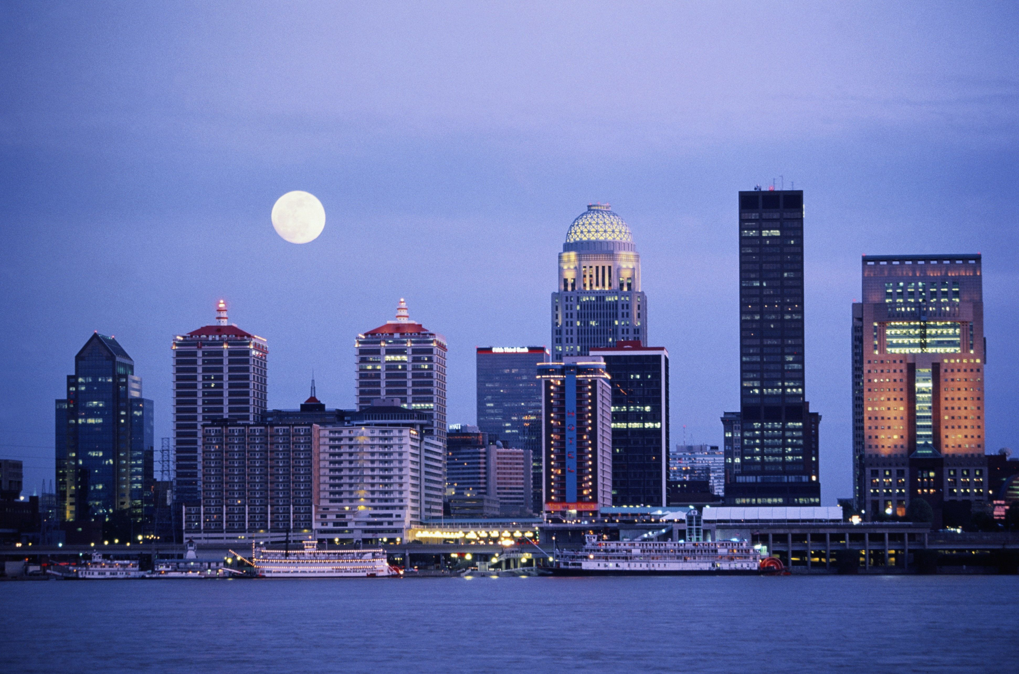 USA, Kentucky, Louisville, full moon over skyline at dusk