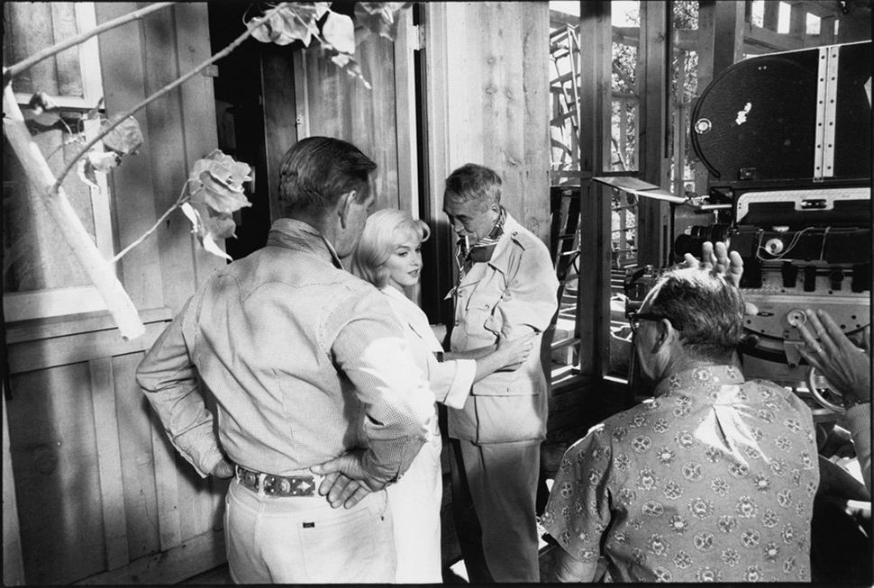 """John Huston discusses sound with """"<strong>The Misfits</strong>"""" stars Marilyn Monroe, Clark Gable and sound man (back to the"""