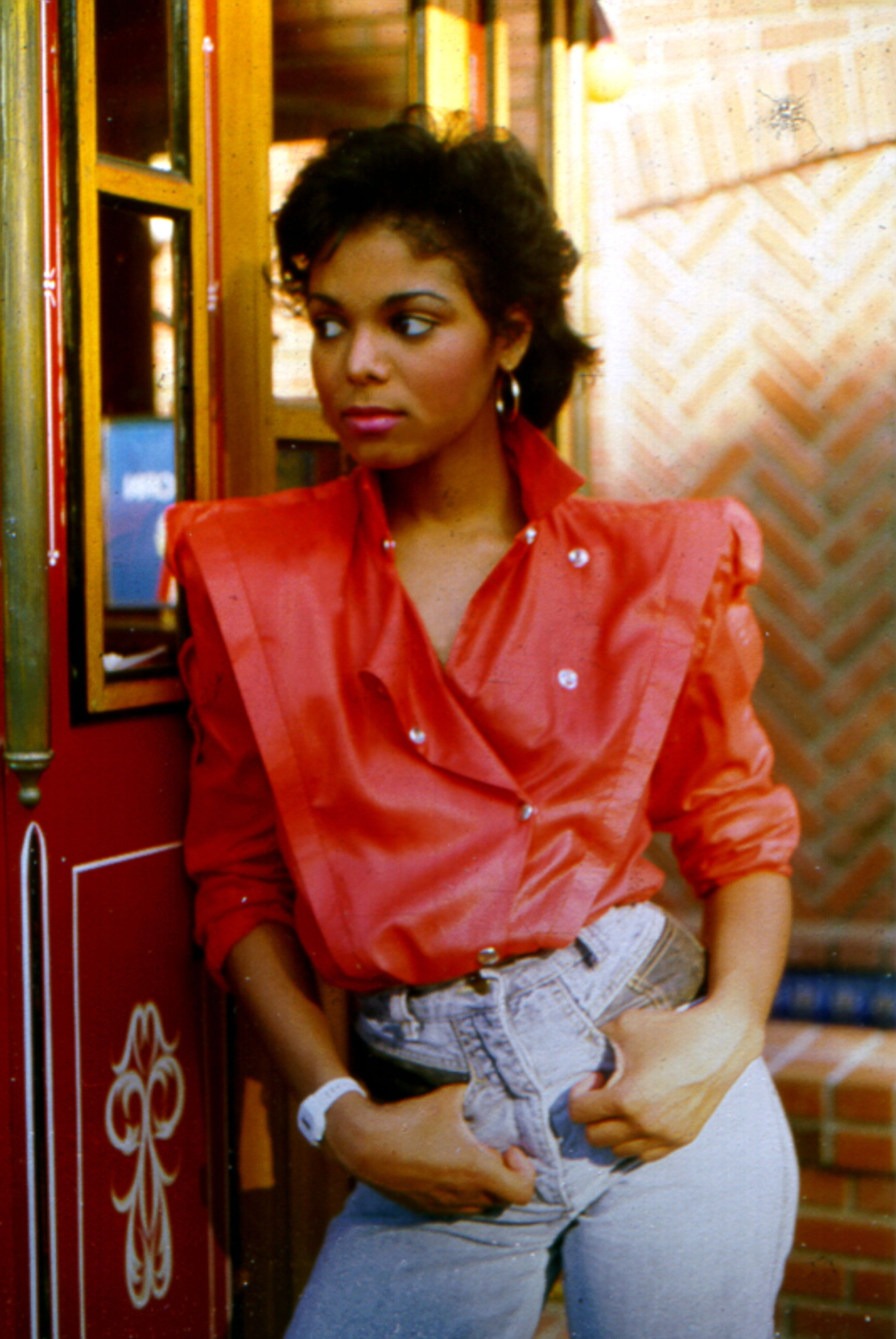 LOS ANGELES - AUGUST 1985:  Pop singer Janet Jackson poses for a portrait session leaning against a popcorn cart in August 1985 in Los Angeles, California. (Photo by Michael Ochs Archives/Getty Images)