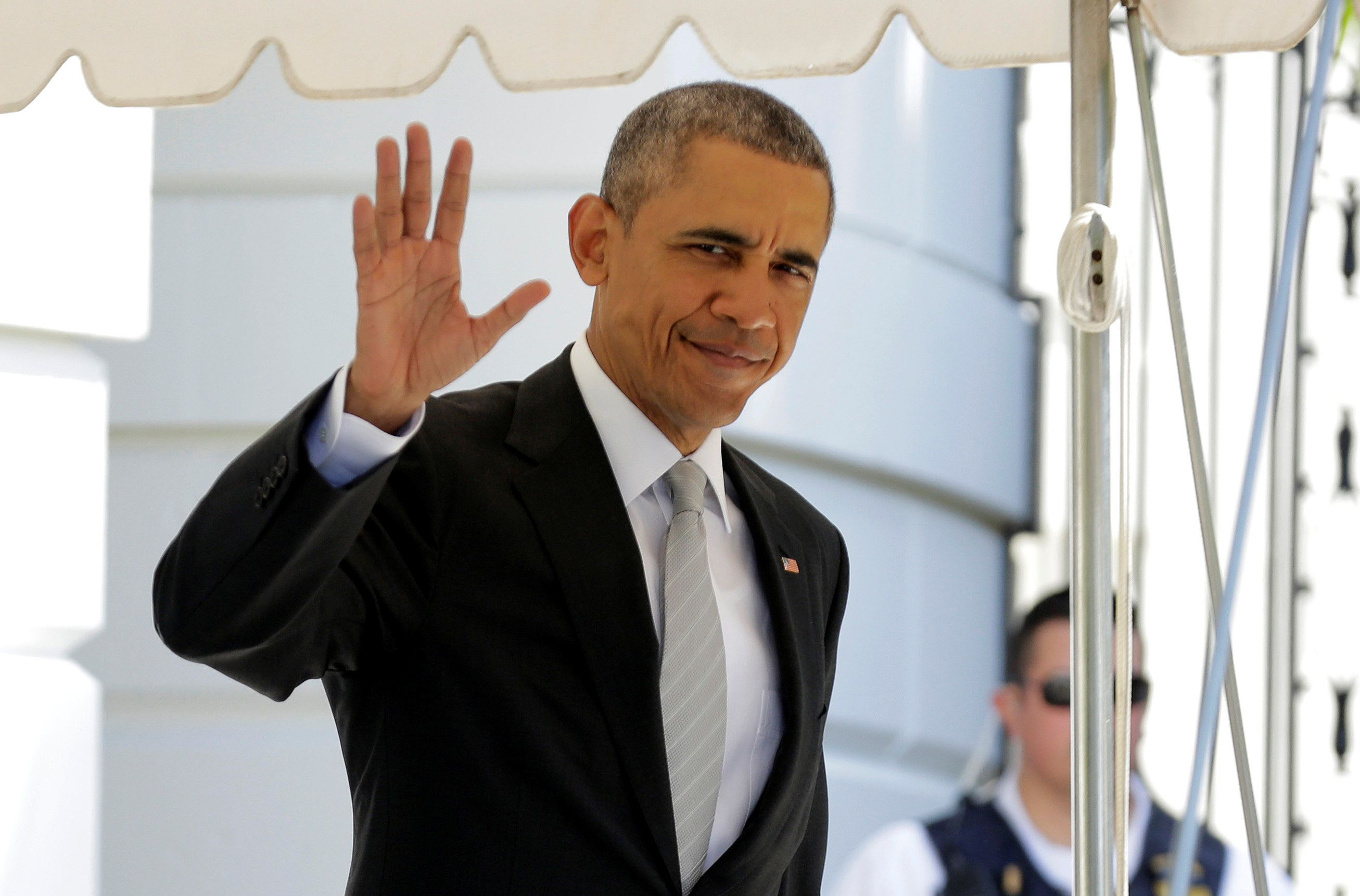 U.S. President Barack Obama waves as he walks to Marine One before departing to deliver the commencement address at Rutgers University from the White House in Washington, U.S., May 15, 2016.      REUTERS/Joshua Roberts