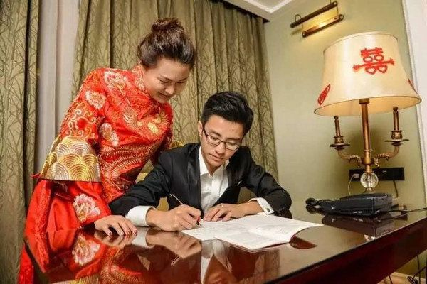 """Hand copying the Chinese constitution left newlyweds Li Yunpeng and Chen Xuanchi """"withfond memories on their wedding ni"""