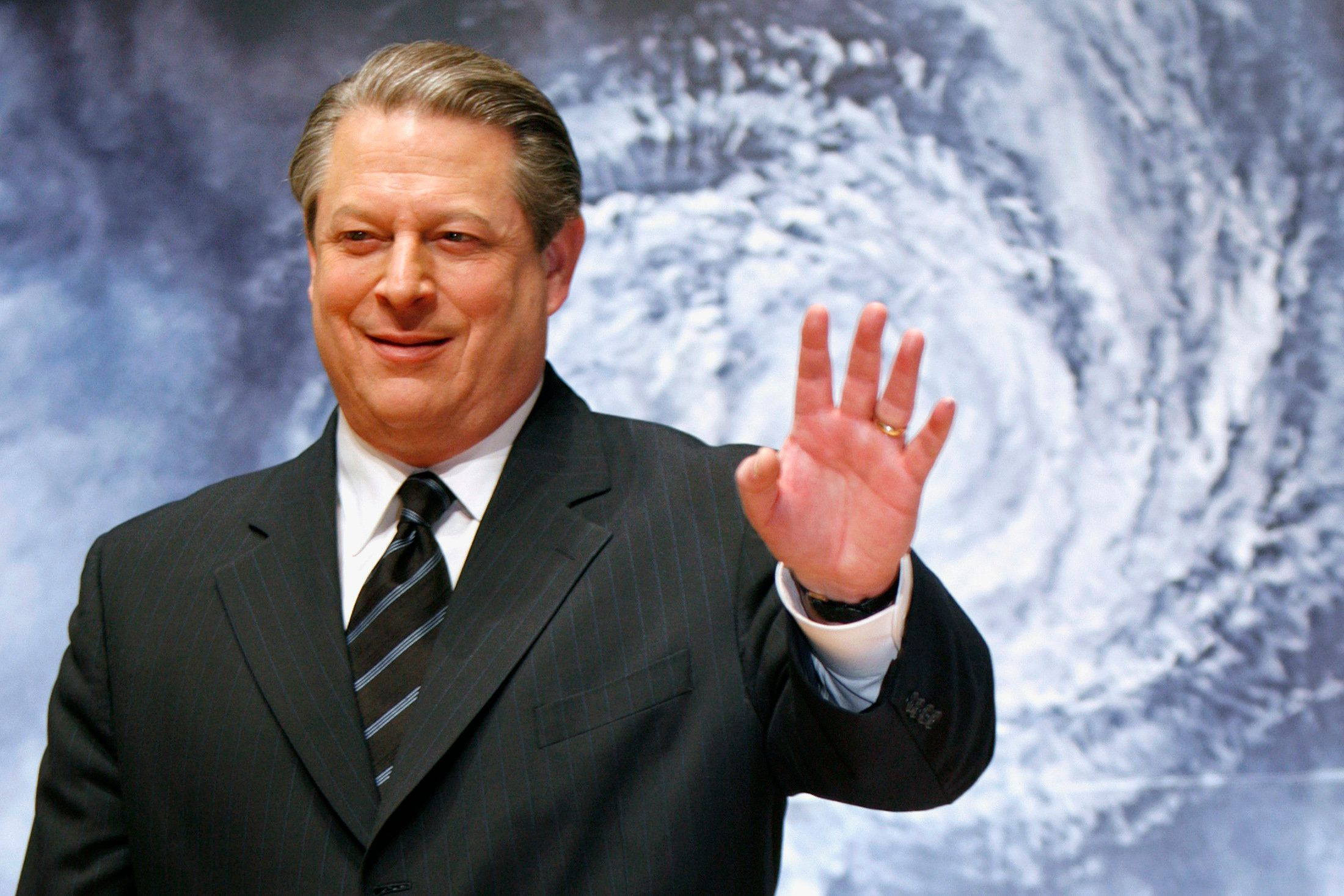 "Former U.S. Vice President Al Gore waves to the media at the Japanese premiere of his documentary film ""An Inconvenient Truth"" in Tokyo January 15, 2007. The film will be released on January 20 in Japan. REUTERS/Kiyoshi Ota (JAPAN)"