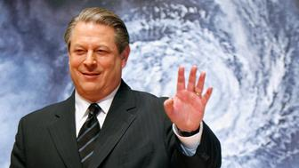 """Former U.S. Vice President Al Gore waves to the media at the Japanese premiere of his documentary film """"An Inconvenient Truth"""" in Tokyo January 15, 2007. The film will be released on January 20 in Japan. REUTERS/Kiyoshi Ota (JAPAN)"""