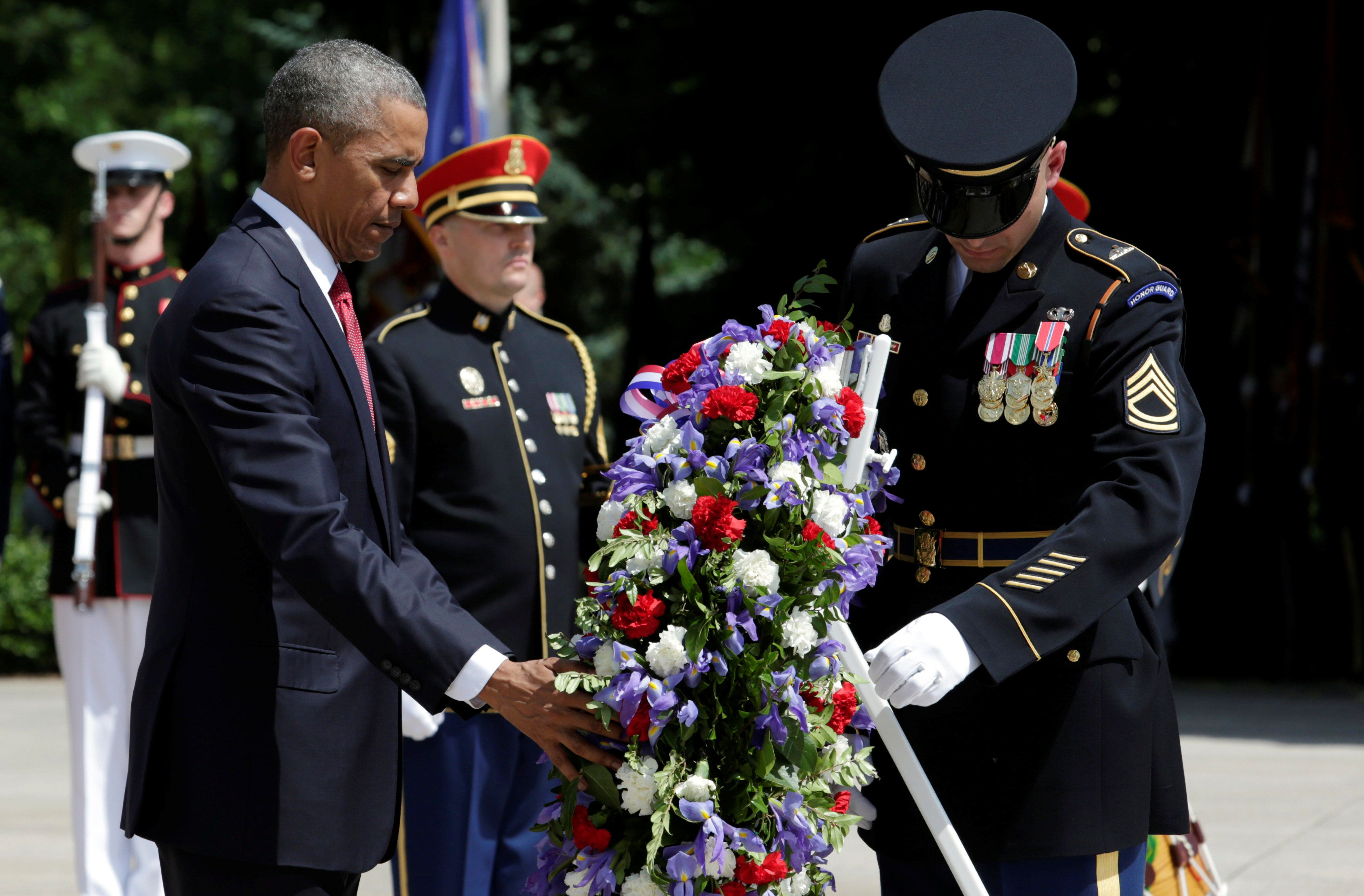 U.S. President Barack Obama lays a wreath at the Tomb of the Unknown Soldier during the Memorial Day observance at Arlington National Cemetery in Washington, U.S., May 30, 2016. REUTERS/Yuri Gripas
