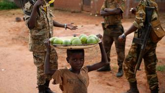 A boy carries oranges to sell to Seleka fighters in a village between Bambari and Grimari May 31, 2014. Picture taken May 31, 2014.  REUTERS/Goran Tomasevic (Central African Republic - Tags: CIVIL UNREST POLITICS SOCIETY)