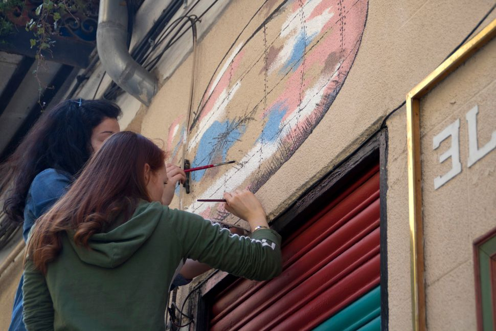 """The art collective Fliping has painted the facade of the bar <a href=""""https://www.facebook.com/elcolmolavapies/timeline"""">El c"""