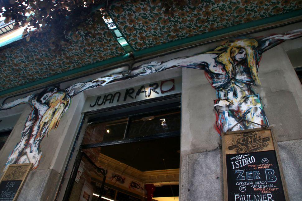 """An artwork by <a href=""""http://www.murostabacalera.com/artistas-2014/ze-carrion/"""">Ze Carri&oacute;n </a>for the bar <a href=""""h"""