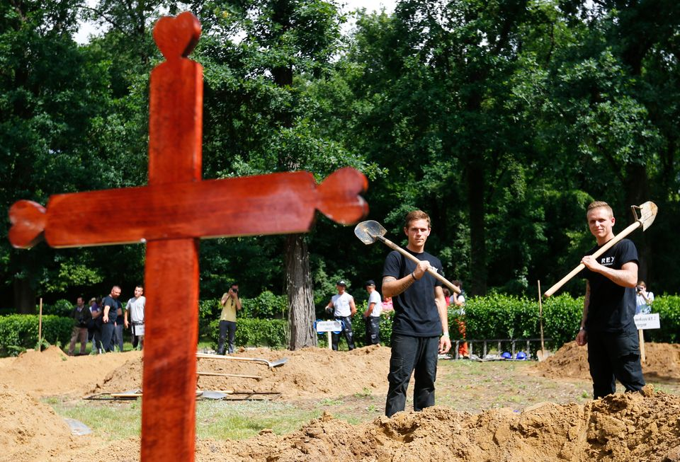 "Taking their places at plots selected by pulling names out of a hard hat, 18 two-man teams waited for an official to shout ""S"